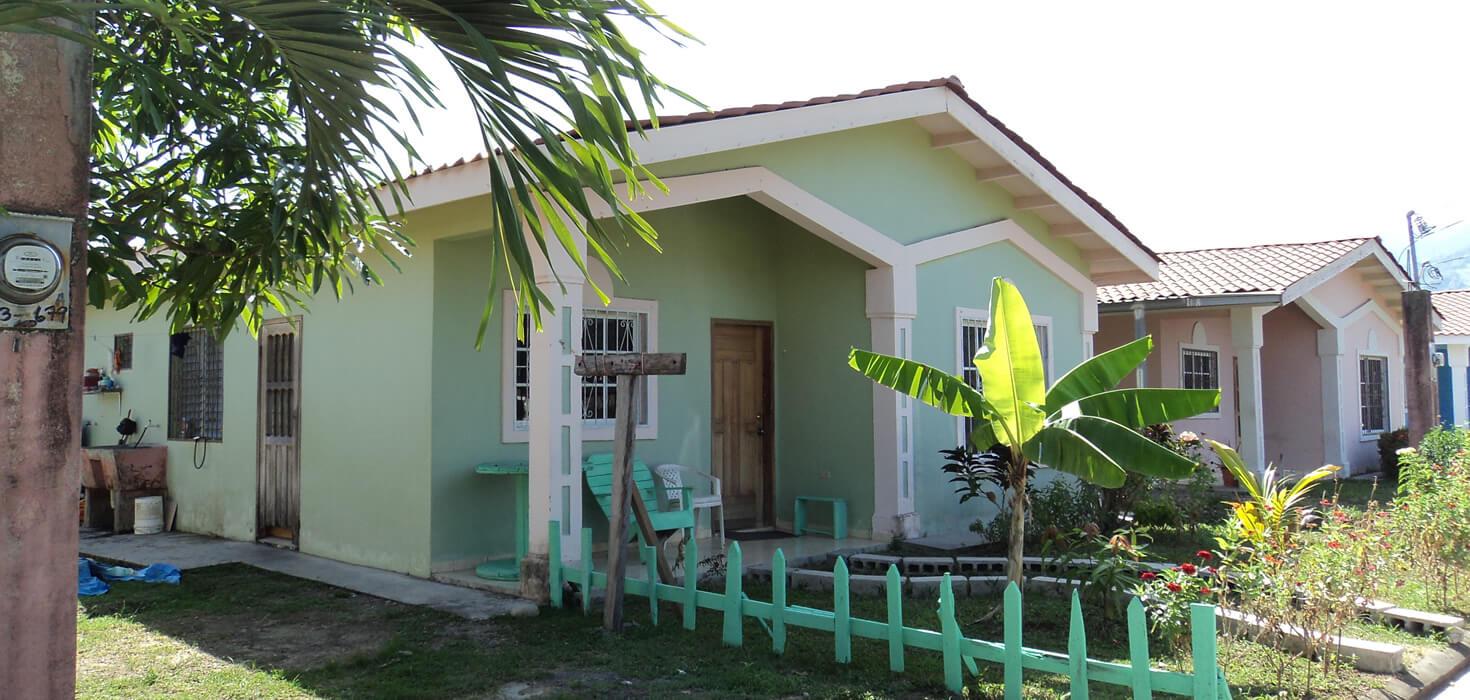 Venta de Casa de habitación ubicado en Residencial Monte Hebrón, Lote D-3, La Ceiba, Atlántida, Honduras