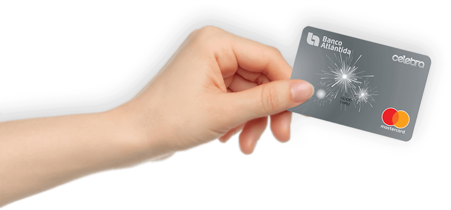 Una mano con una Tarjeta de Crédito Puma de Banco Atlántida